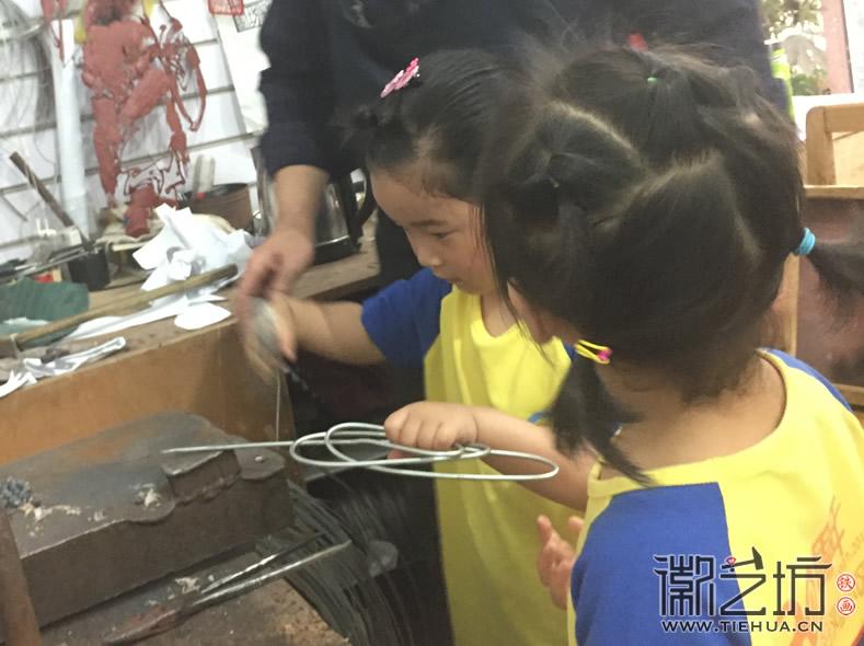 CUsersuserDesktop2017.6.9沿河小区幼儿园小朋友参观徽艺坊铁画5